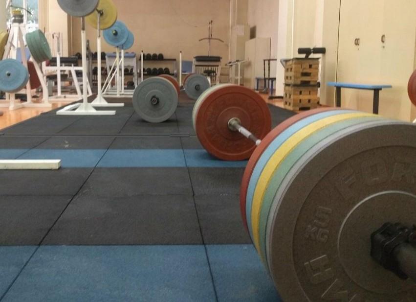 Физкультурный зал со штангами